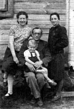 Слева-направо: Роза, Гинда, Марк, Тэма (сестра Марка) Ястшомб. г. Вилейка. Фото 1944 г.