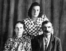 Слева-направо: Агата, Нина и Александр Садовские. г. Вилейка. Фото 1954 г.